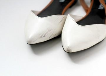 Как убрать черные полосы с белой обуви