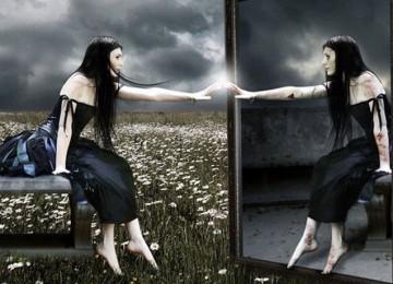 Не стоит спать рядом с зеркалом — плохая примета