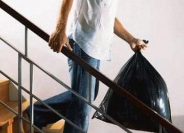 Почему нельзя выносить мусор вечером?