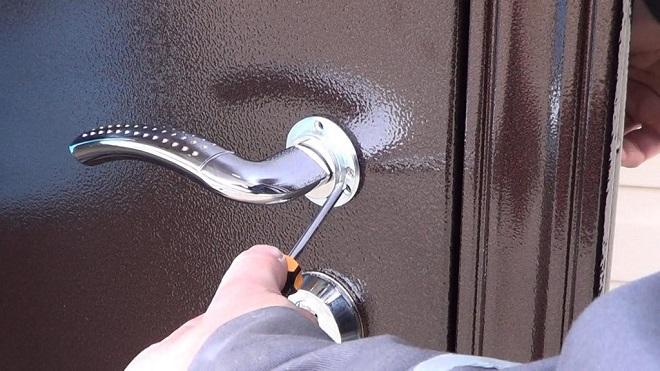 Как открыть дверь, если заклинило замок