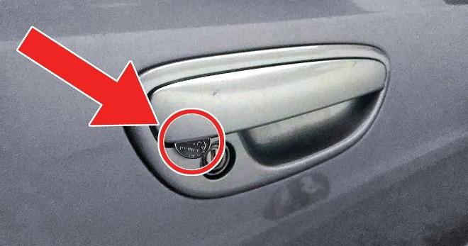 Если увидите монету в двери ручки, опасайтесь