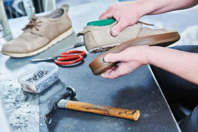 Чем приклеить подошву обуви в домашних условиях