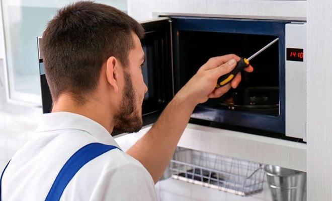 Что делать, если в микроволновке не крутится тарелка