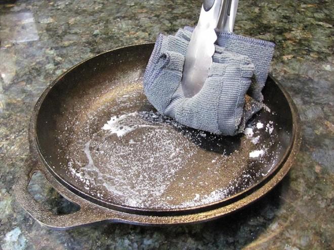 Как очистить чугунную сковороду от ржавчины