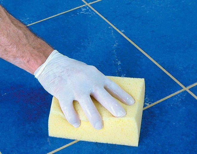 Чем отмыть клей с плитки