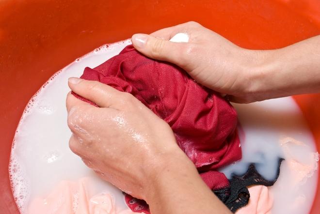 Чем отстирать пятна от дезодоранта и пота