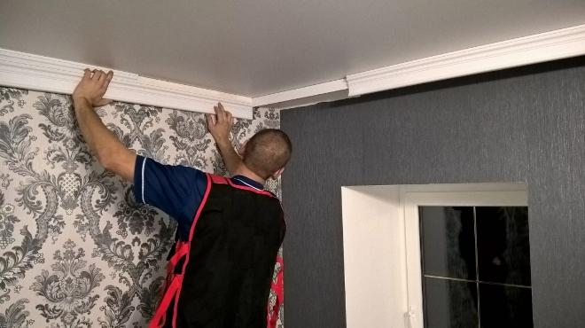 Как приклеить плинтус к натяжному потолку