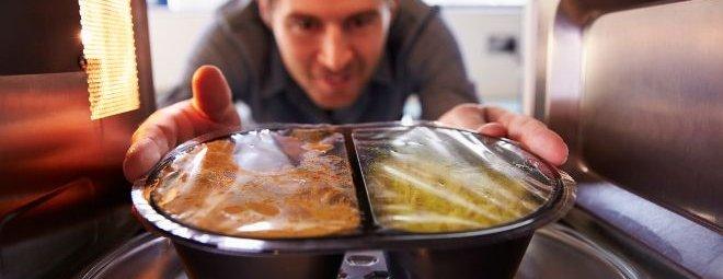 Чем опасна еда, разогретая в микроволновке