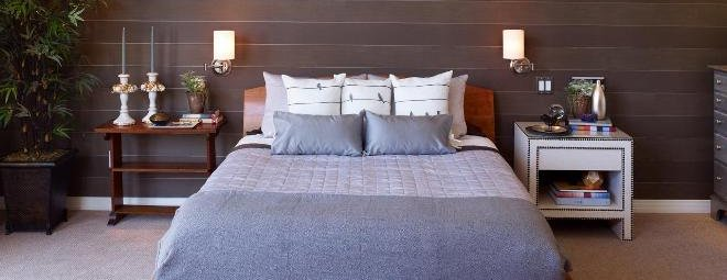 На какой высоте вешать бра над кроватью