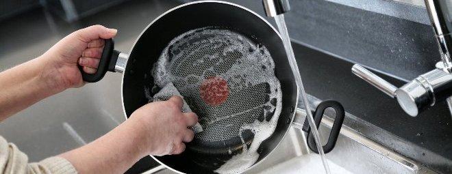 Как почистить сковородку с антипригарным покрытием